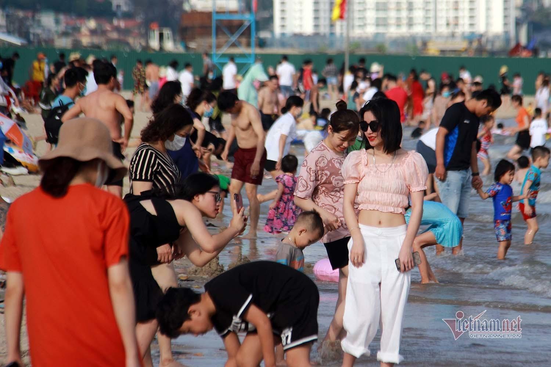 Quảng Ninh yêu cầu không tập trung đông người ở bãi tắm từ 15h hôm nay