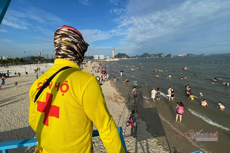 Bãi biển đông nghịt, Hạ Long đón hơn 75 nghìn du khách
