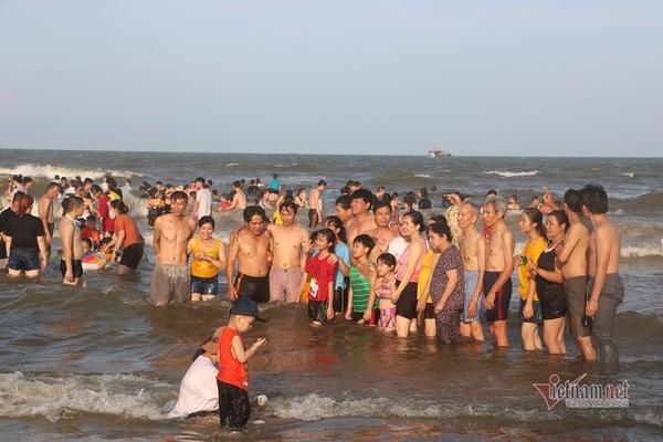 Bác tin 'Vũng Tàu cấm tắm biển', nghìn du khách đổ ra vẫy vùng