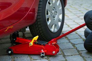 Cách thay lốp khi lái xe đường dài
