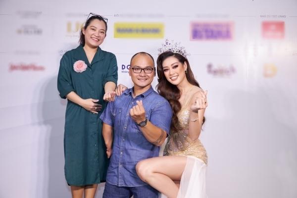 Hoa hậu Khánh Vân gây xúc động khi quỳ chân chụp hình cùng người khuyết tật