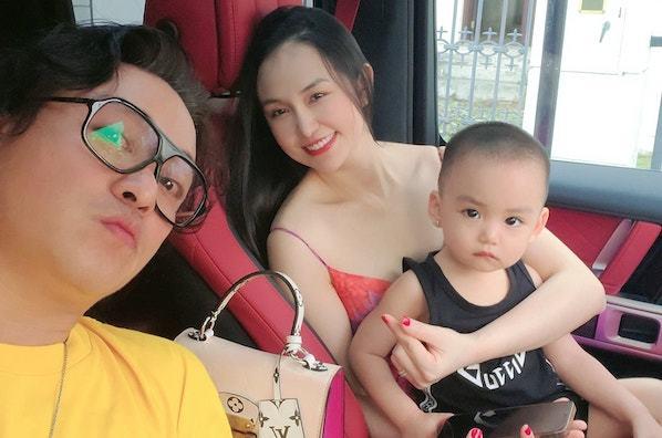 Tuấn Hưng đăng ảnh bên con trai út và vợ chủ tịch xinh đẹp