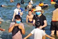 Du khách đeo khẩu trang tắm biển ở Sầm Sơn