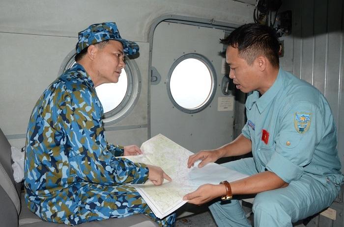 Tướng Không quân chỉ huy cứu nạn Rào Trăng 3 tặng quà cho người dân A Lưới