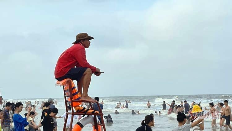 Nhiều người làm dịch vụ ở Sầm Sơn 'quên' đeo khẩu trang