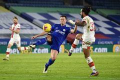 Kết quả bóng đá hôm nay 1/5: Cựu sao MU giải cứu Leicester
