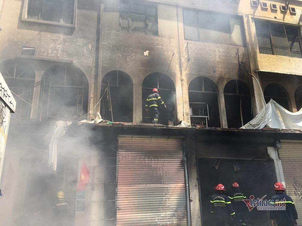 Cháy dãy nhà dân ở trung tâm Sài Gòn ngày nghỉ lễ
