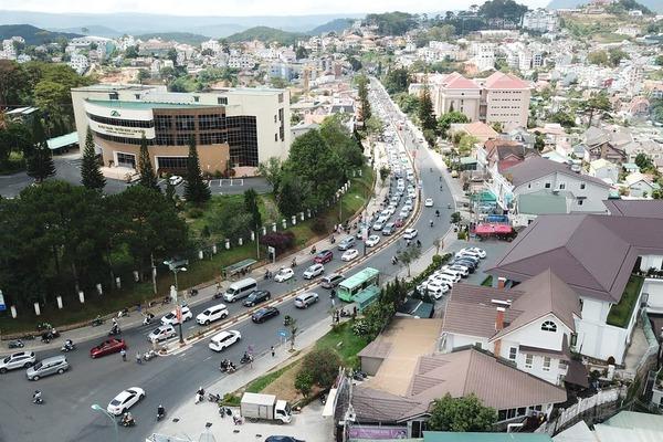 Khách du lịch tăng đột biến, Lâm Đồng ra công điện khẩn hạn chế đi ô tô
