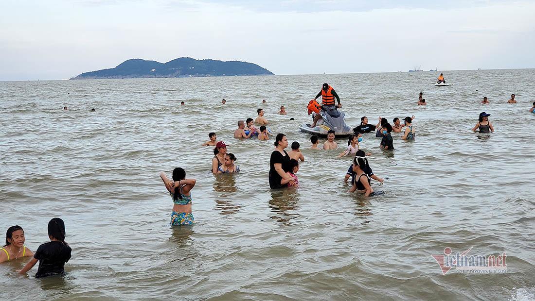 Cảnh 'thờ ơ' với khẩu trang nơi bãi tắm đông nghẹt người