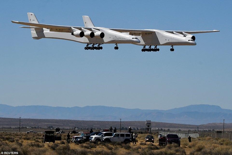 Xem thử nghiệm máy bay sải cánh dài hơn sân bóng đá