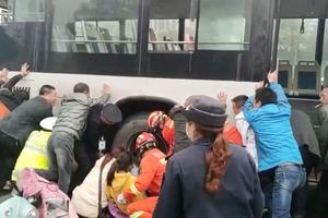 Giải cứu bé gái bị kẹt chân dưới bánh xe buýt