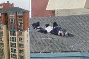Hai đứa trẻ chơi trên mái nhà 25 tầng khiến người xem run sợ
