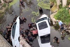 Hò nhau lật ô tô dưới sông giải cứu người mắc kẹt