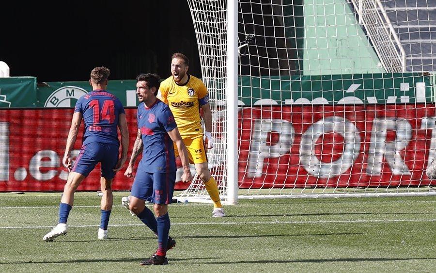 Thắng hú vía Elche, Atletico giữ ngôi đầu bảng