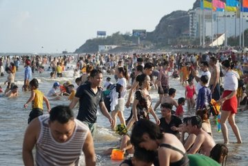 Huge influx of visitors leads Ba Ria-Vung Tau to suspend nonessential services