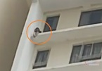 Giải cứu cô gái leo ra lan can định nhảy từ tầng cao chung cư tự tử