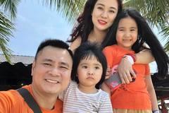 NSND Tự Long đăng ảnh bên vợ đẹp và hai con gái