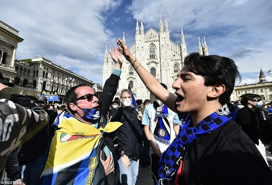 CĐV Inter đổ ra đường ăn mừng vô địch bất chấp dịch Covid-19