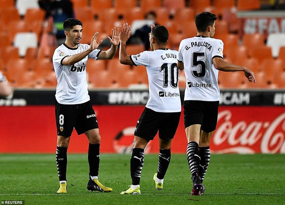 Messi ghi siêu phẩm, Barca thắng kịch tính Valencia