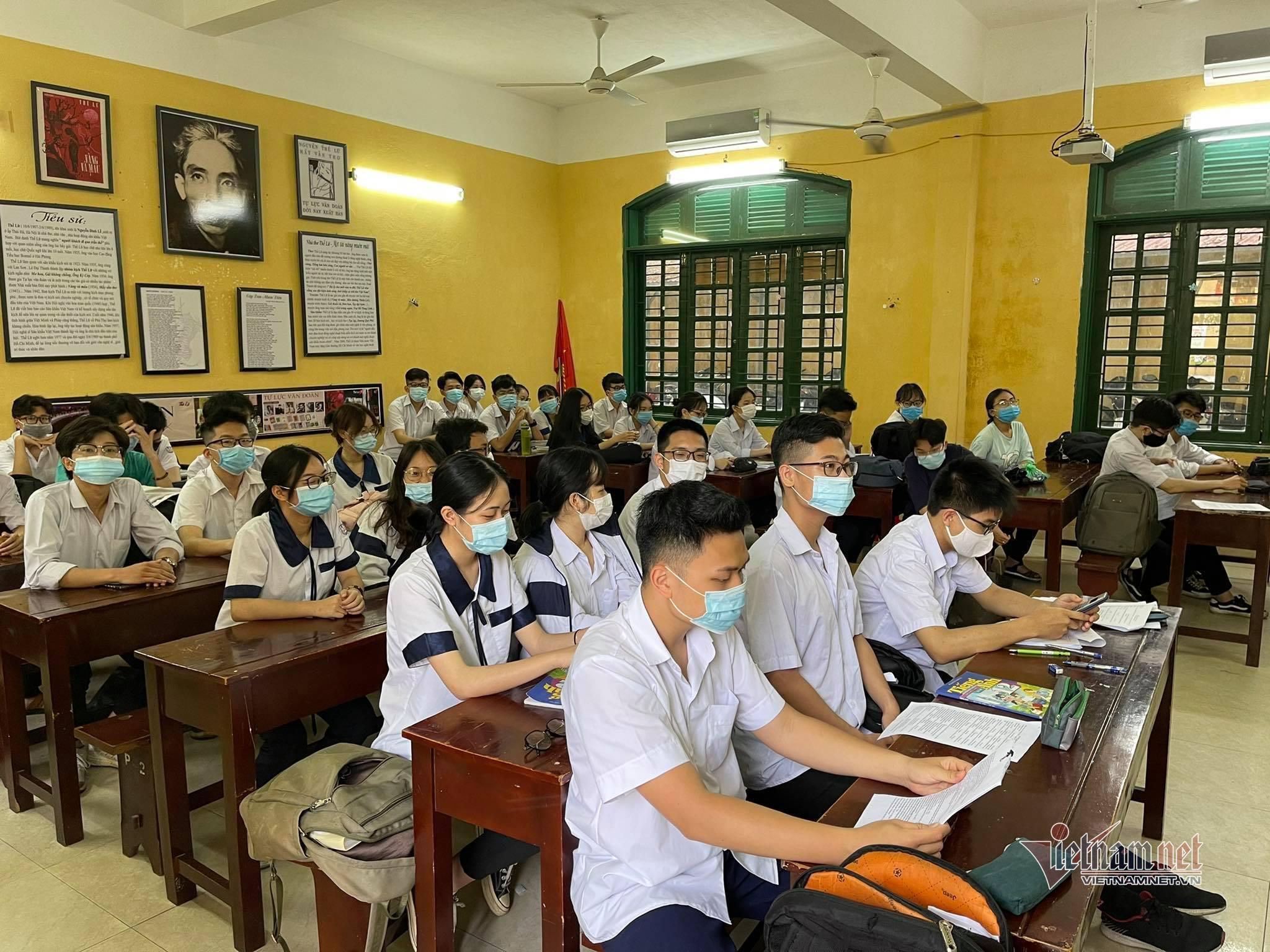 Nhiều học sinh vô tư 'quên' khẩu trang khi đến trường