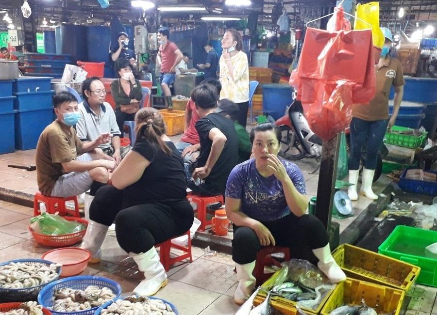 Nhiều người không đeo khẩu trang tại chợ Bình Điền, dù dịch Covid-19 đã bùng phát