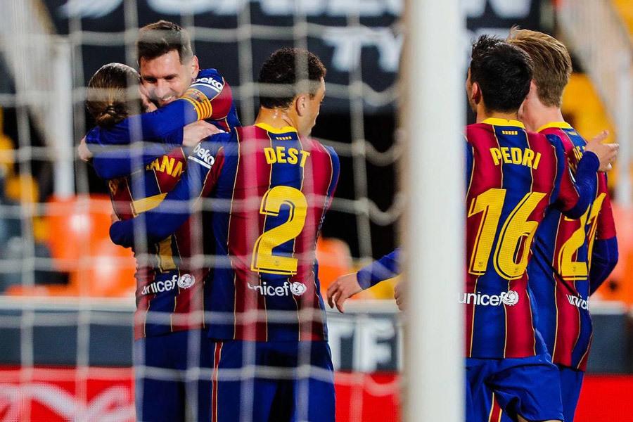 Barca ngược dòng đua vô địch La Liga: Người khổng lồ Messi