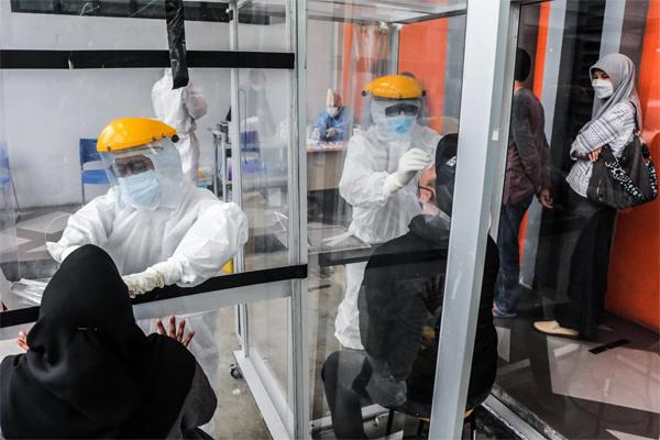 Nhân viên y tế bị bắt vì tái sử dụng tăm bông xét nghiệm SARS-CoV-2