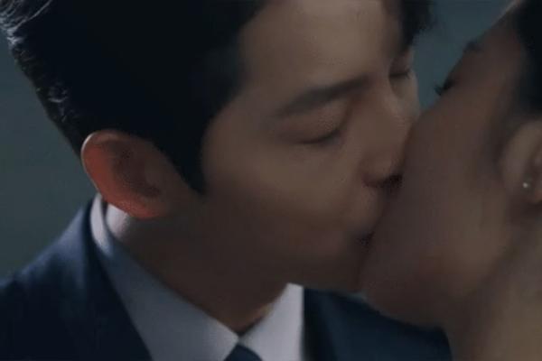 Nụ hôn gây sốt của Song Joong Ki với bạn diễn tập cuối 'Vincenzo'