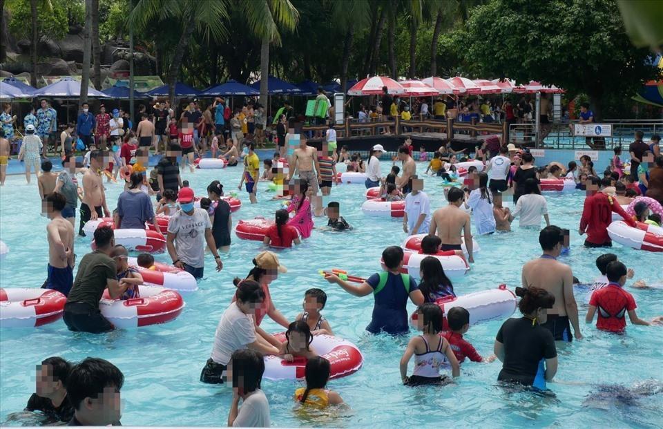 Tạm dừng hoạt động công viên nước Đầm Sen sau vụ 'biển người' không khẩu trang