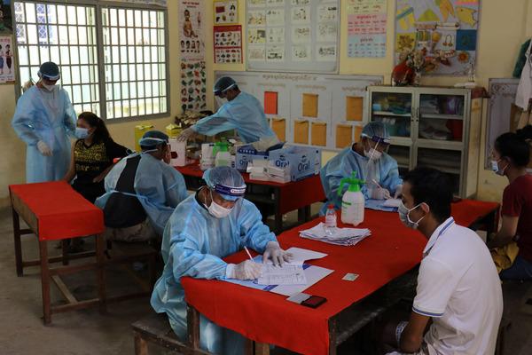 Thủ đô Campuchia tiêm phòng Covid-19 cho người dân 'Vùng Đỏ'