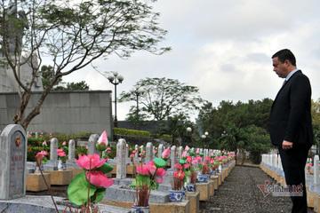 Đại sứ Israel và buổi sáng nghẹn ngào trong nghĩa trang đường 9