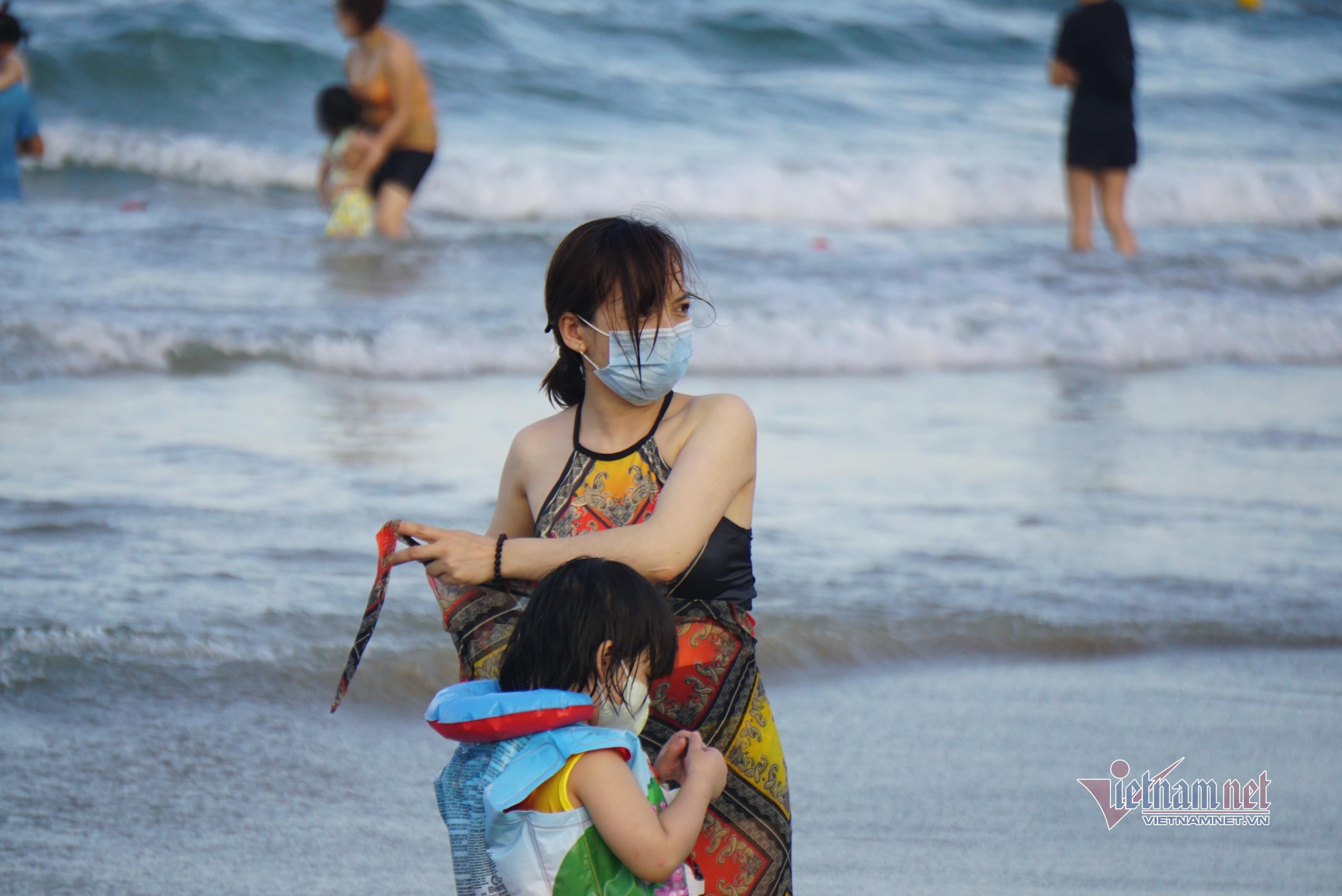 Từ 0h ngày 4/5, Đà Nẵng dừng tắm biển, khuyến khích bán hàng qua mạng