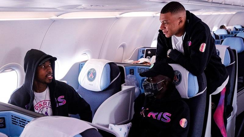 Mbappe đi tập tễnh, cùng PSG bay đến Anh đấu Man City