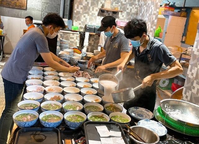Chủ quán bún 'quậy' Phú Quốc tiết lộ cái tên lạ và bí kíp bán 200 bát/giờ