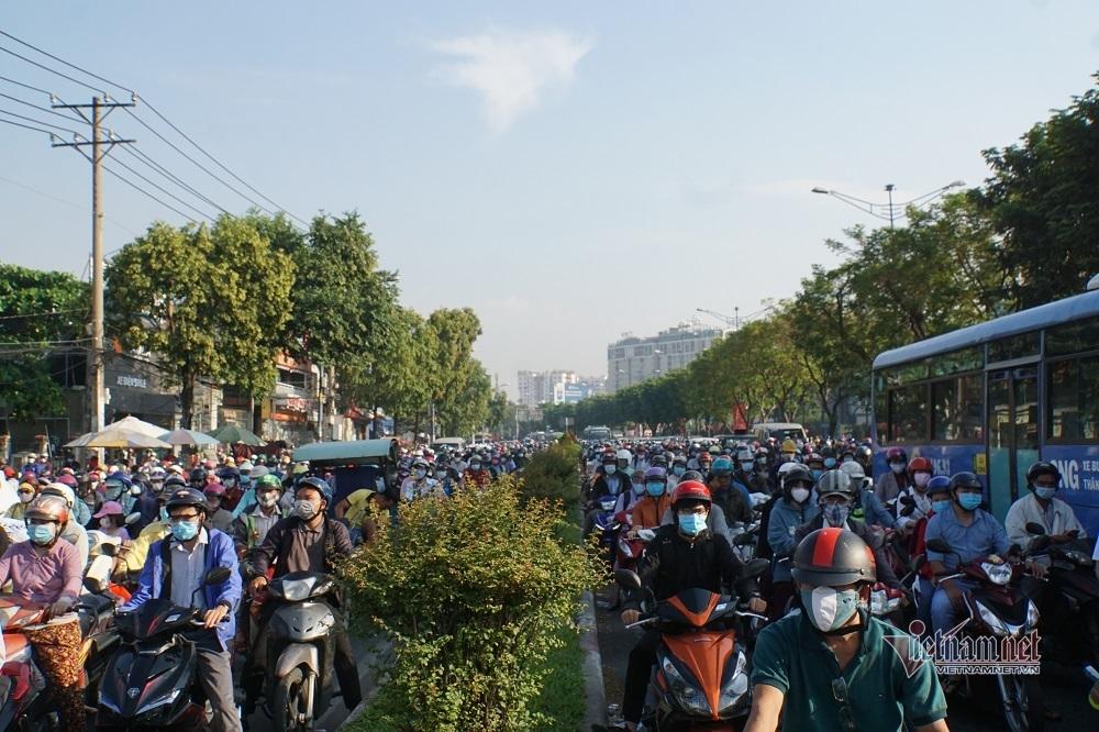Đường Sài Gòn kẹt cứng sau nghỉ lễ, bất lực đội nắng nhích từng mét