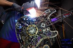 Làm đồng hồ, đồ chơi giá trăm triệu đồng từ xác xe máy cũ