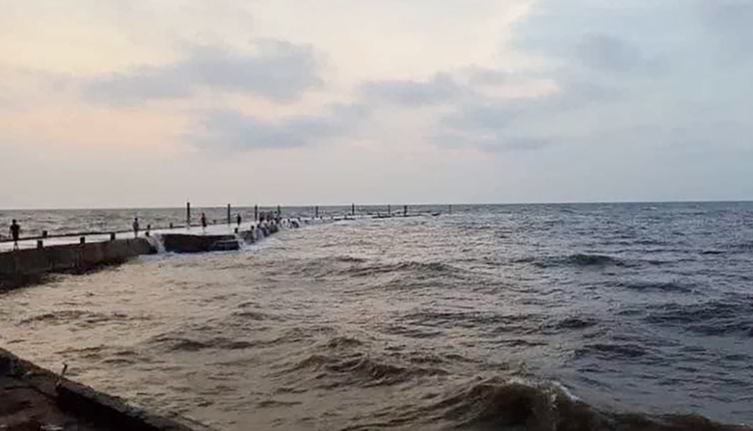 Ngồi hóng mát trên cầu cảng, học sinh tử vong vì sóng biển cuốn chìm