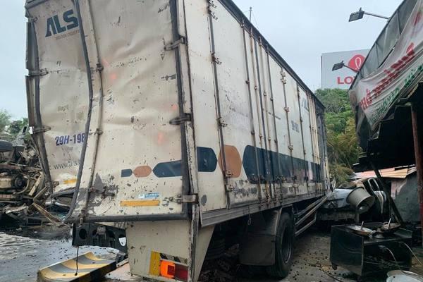 Tai nạn 3 ô tô, lái xe tải tử vong tại chỗ ở Hà Nội
