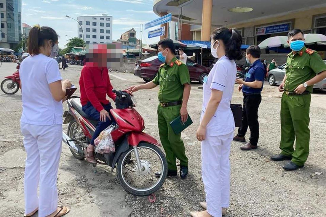 Xử phạt 4 người không đeo khẩu trang ở khu vực chợ Vinh