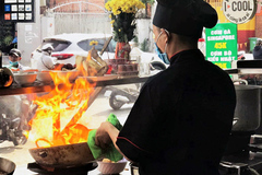 Mỗi tháng mất đứt 5 tỷ, ông chủ karaoke đứng bếp bán đồ ăn nhanh