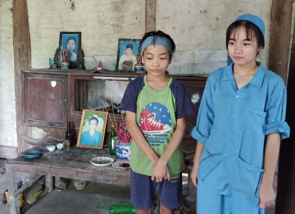 Cha mẹ qua đời, em gái 15 tuổi mò cua, bắt ốc nuôi anh trai bệnh tật