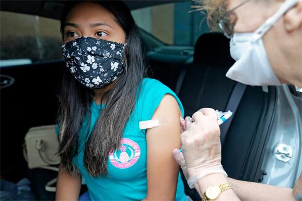 Mỹ tặng tiền, đồ ăn cho những người đi tiêm vắc xin Covid-19