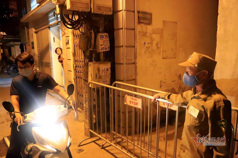 Phong tỏa tạm thời con hẻm trên phố Kim Mã, nơi ở của bác sĩ nhiễm Covid-19
