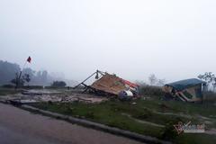 Lốc xoáy quật ngã lán trại chống dịch của biên phòng, tốc mái nhiều nhà dân