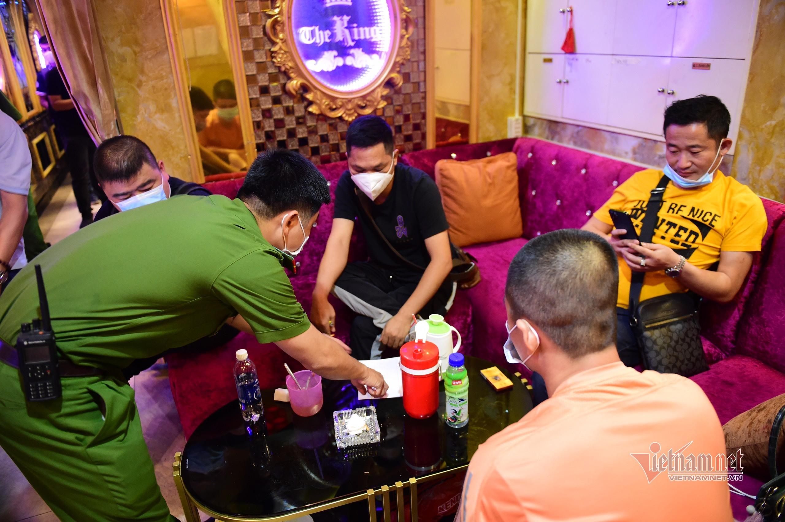 Phó Chủ tịch TP.HCM đích thân kiểm tra hoạt động karaoke sau lệnh cấm