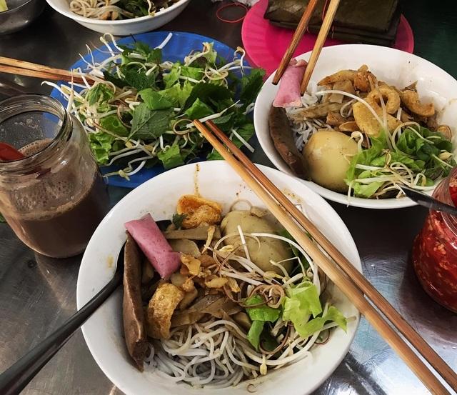Bún cua thối 'vừa ăn vừa bịt mũi' thách thức thực khách ở Gia Lai