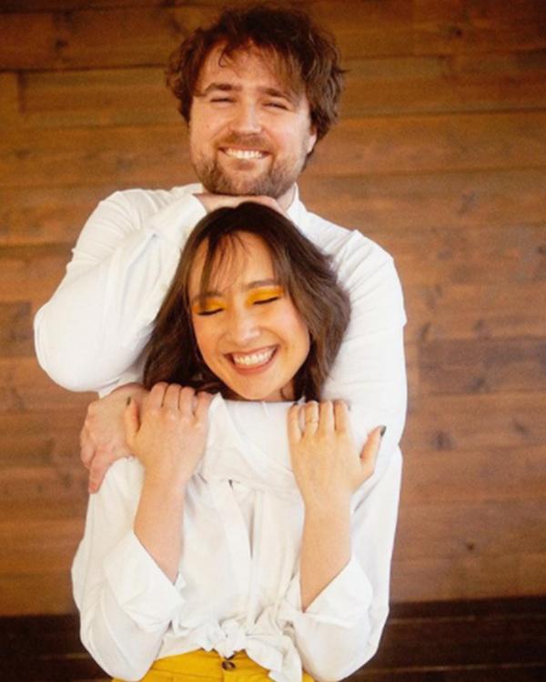 Con gái Mỹ Linh - Anh Quân khoe ảnh đính hôn với tay trống người Mỹ