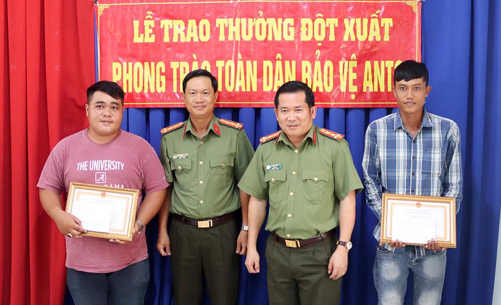 Đại tá Đinh Văn Nơi thưởng nóng cho hai thanh niên bắt nóng kẻ cướp xe máy