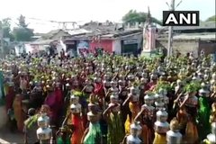 Bất chấp dịch bệnh, hàng nghìn dân Ấn Độ tụ tập cầu Covid-19 kết thúc