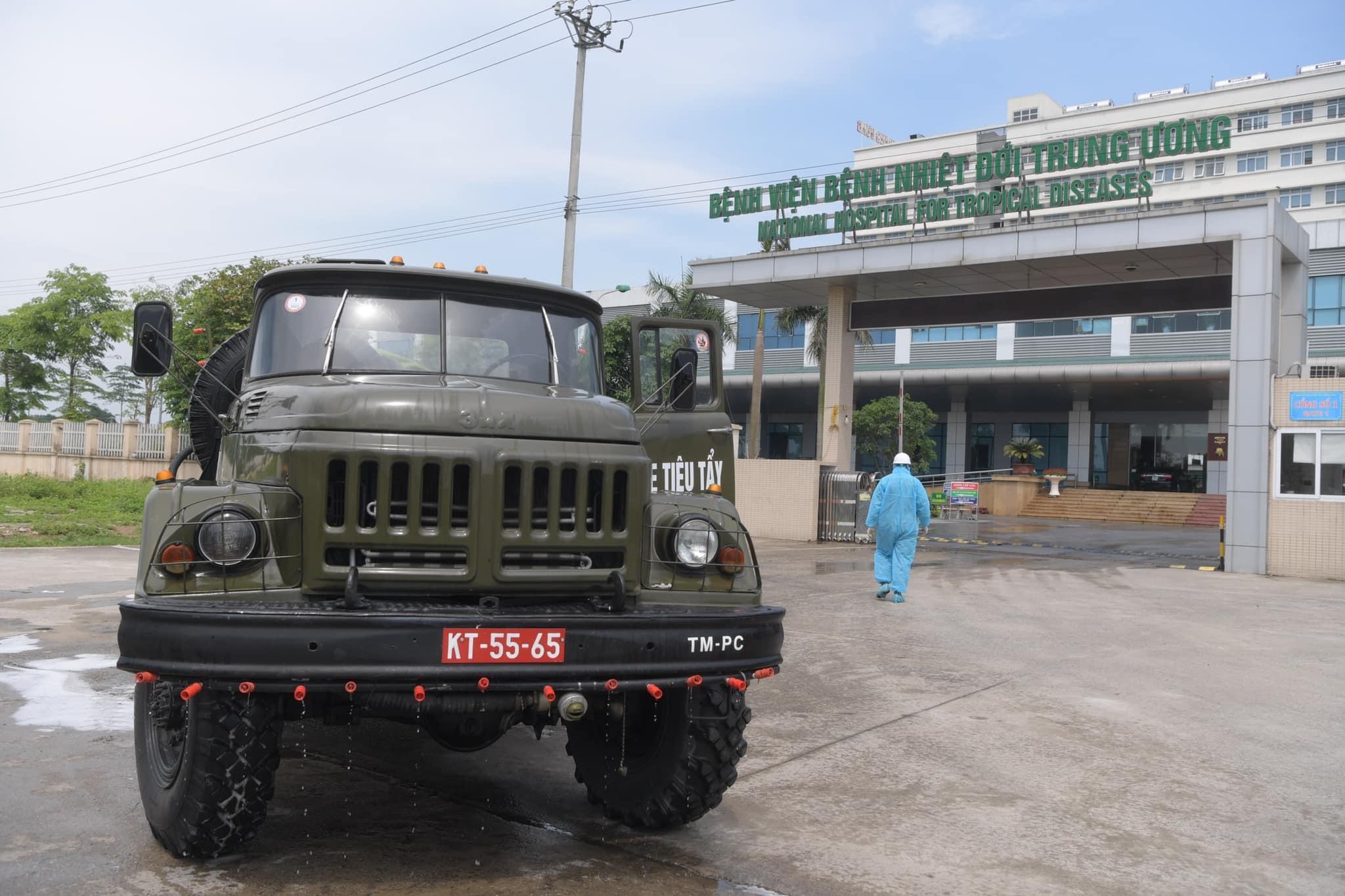 Quân đội khử khuẩn khắp ngõ ngách BV Bệnh Nhiệt đới Trung ương